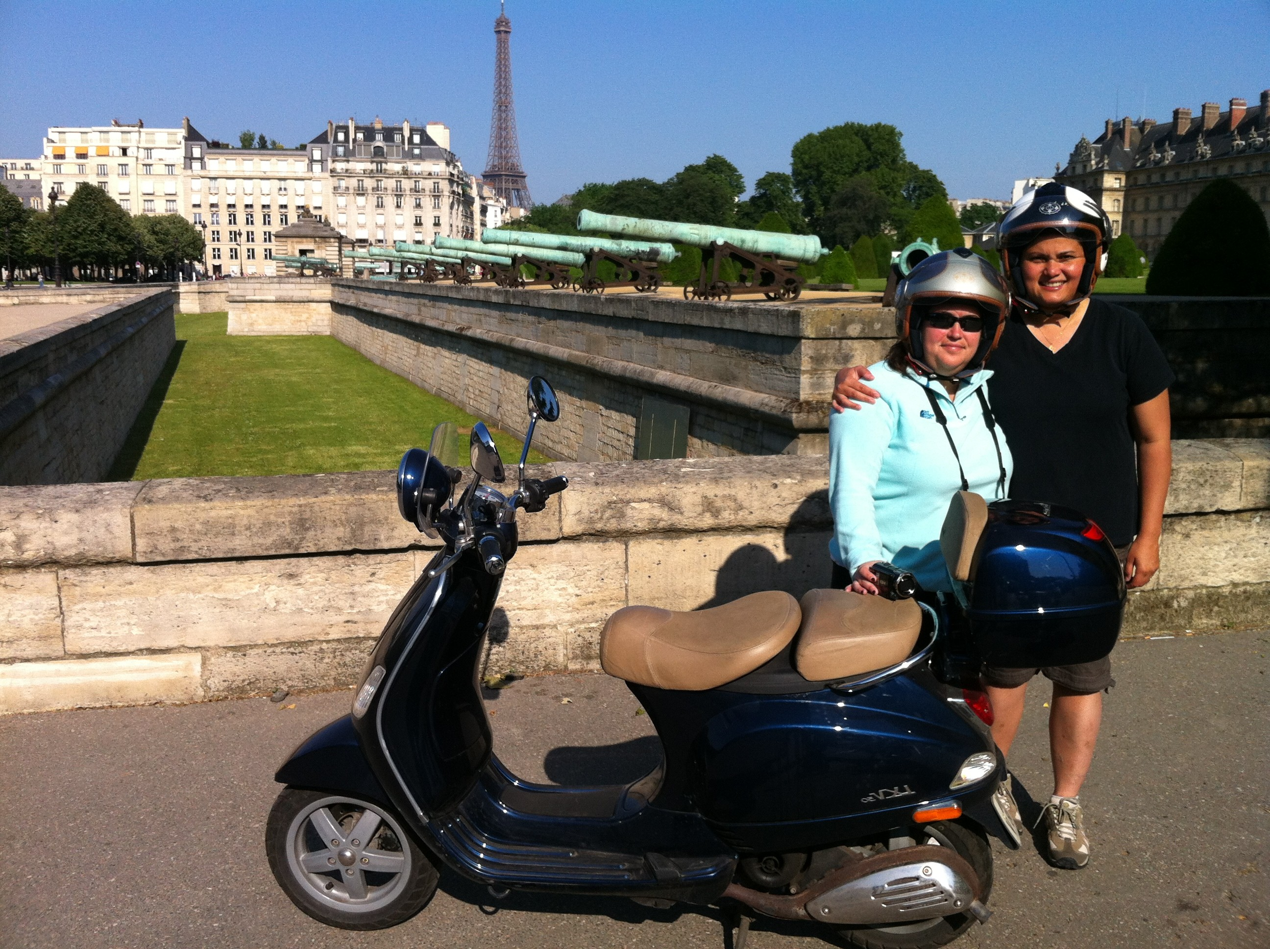 Invalides and the Eiffel tower by Vespa scooter - pictures of Paris France